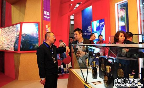 郎酒集团副总裁王宗杰向商家介绍郎酒产品