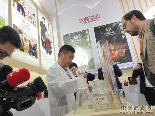 支云酒业酿酒总工程师张富强(张支云之子)也在糖酒会现场演示了华茅祖传的调酒过程