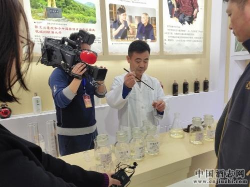支云酒业酿酒总工程师张富强(张支云之子)现场演示了华茅祖传的调酒过程