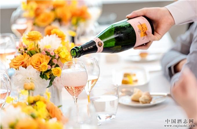 来宾享用凯歌粉红香槟