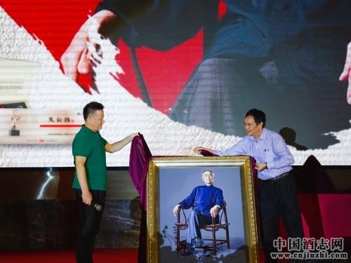 张占山老师(左)与张支云长子张富涛(右)揭幕贺礼