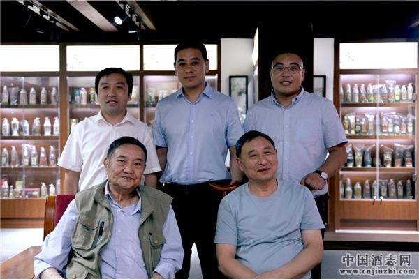 直隶酒坊高管国与白酒专家曾祖训(前左)、李克明(前右)