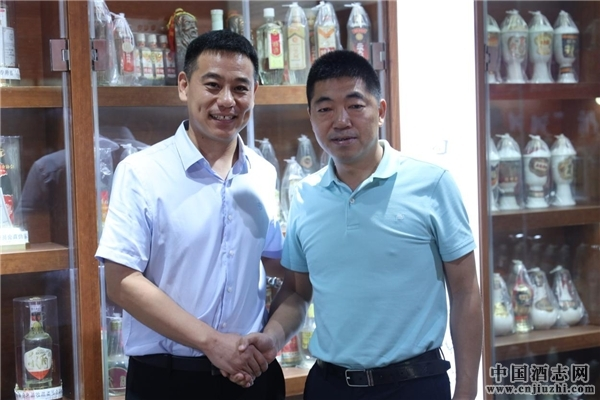 直隶酒坊董事长顾文生(左)与白酒专家杨官荣(右)