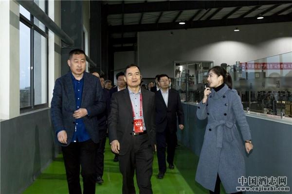 考察团领导携调 研小组参观嘉桐酒庄生产车间