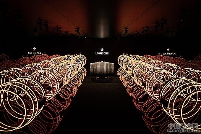 路易十三打造光影空间,艺术展现珍贵的蒂尔肯橡木桶